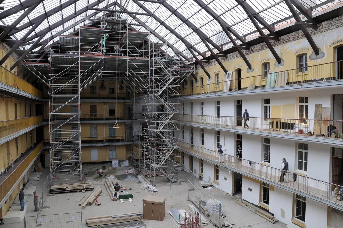 La verrière du pavillon central est vue en cours de restauration.