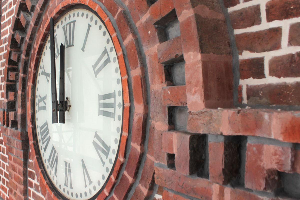 Le sommet du belvédère du pavillon central du Familistère porte une horloge.
