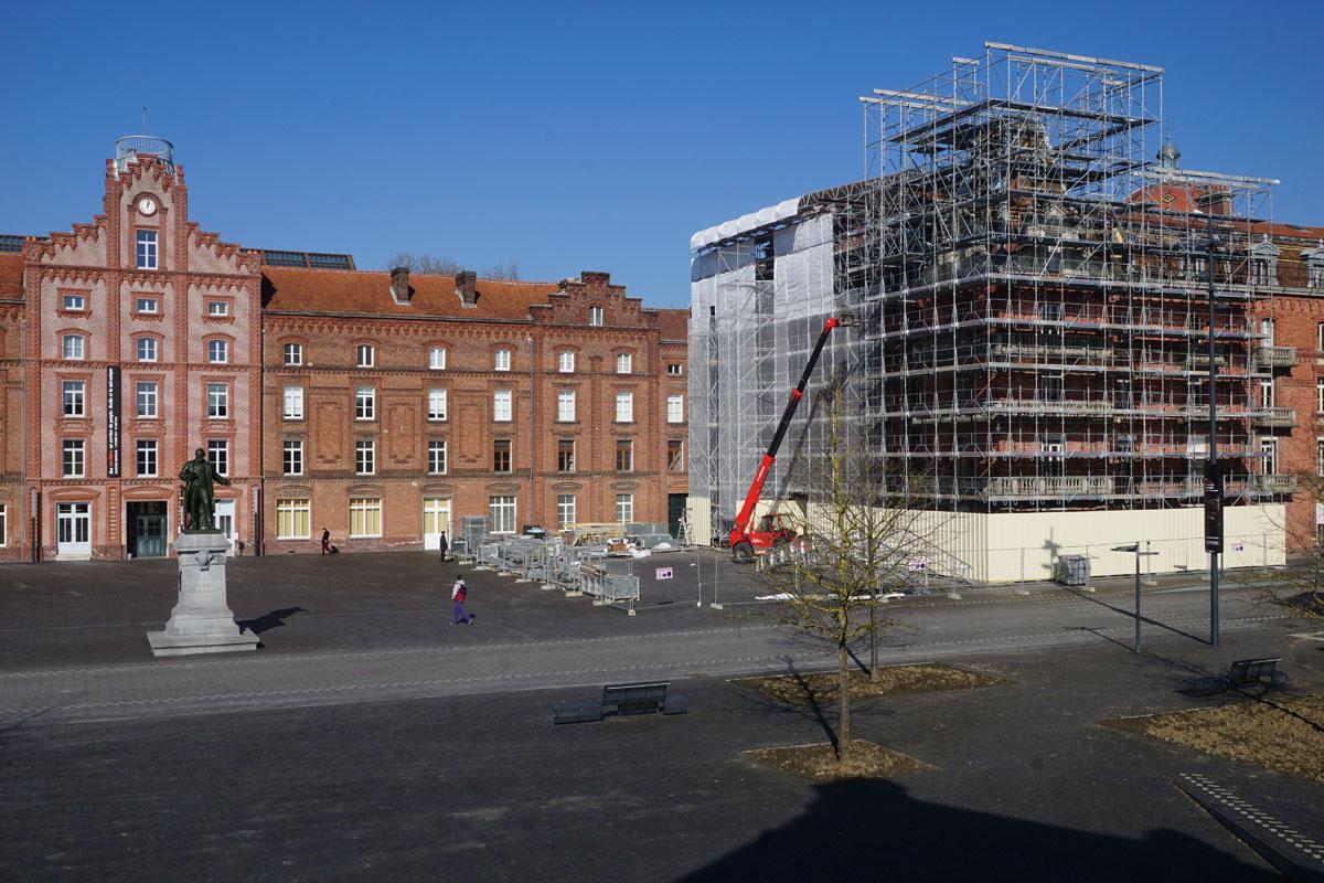 Photographie de l'échafaudage en cours d'installation sur les façades de l'aile