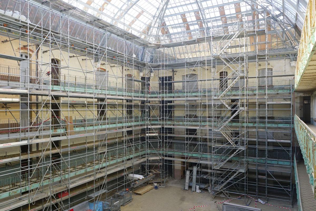 Photographie de l'échafaudage en cours d'installation dans la cour intérieure de