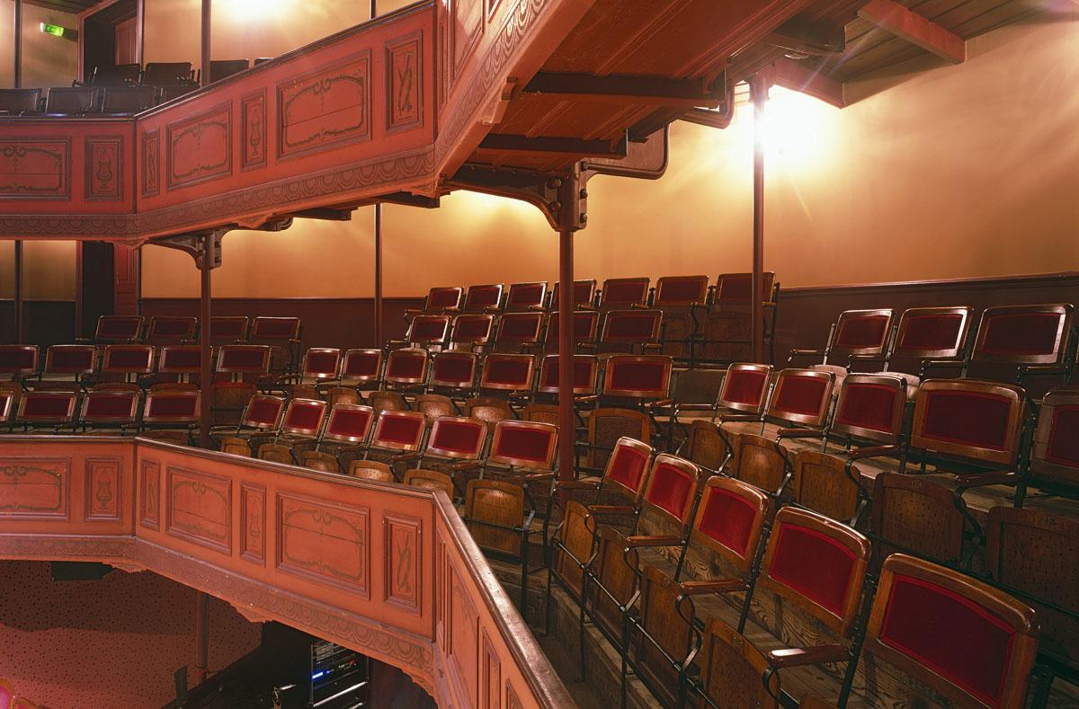 La salle de spectacle du théâtre comprend trois niveaux de balcons