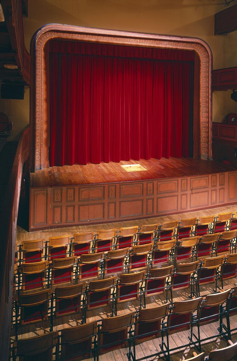 La scène de la salle de spectacle du théâtre du Familistère est élevé à plus d'1