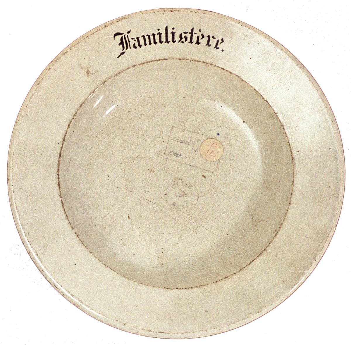 """Cette ancienne assiette de la buvette des économats  porte le mot """"Familistère""""."""