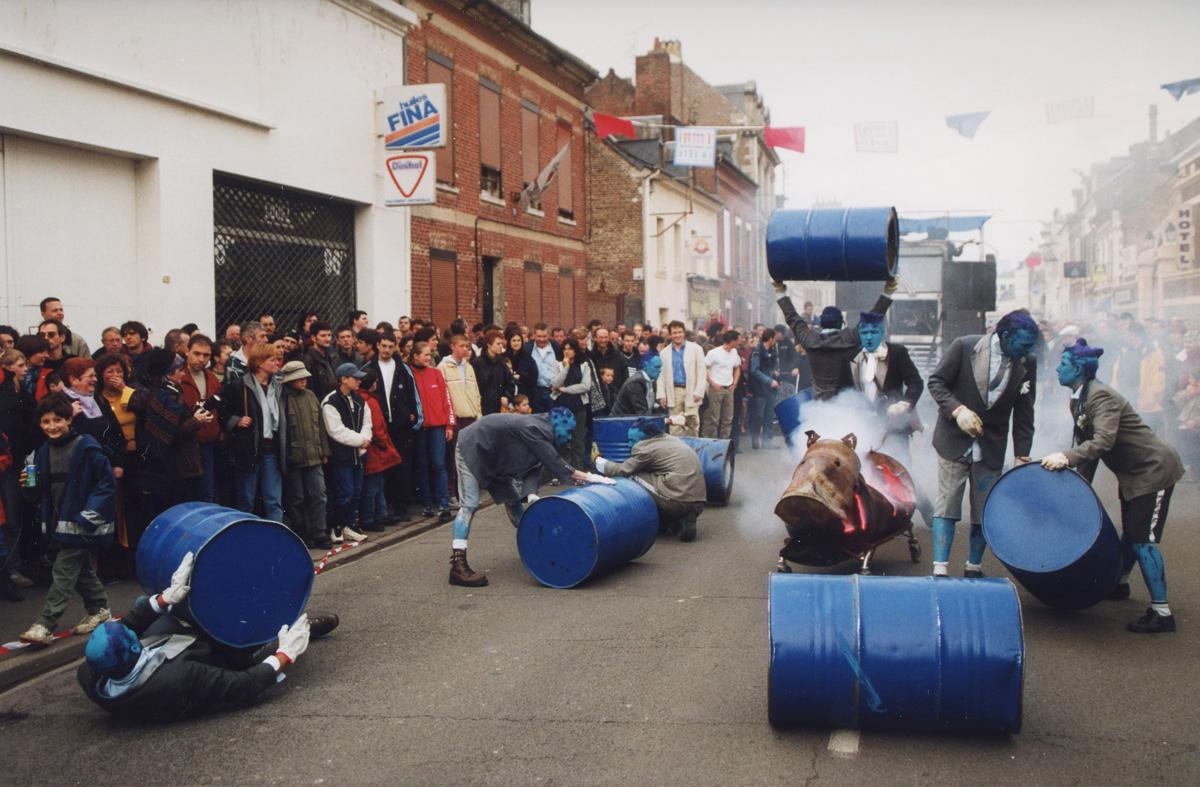 Bivouac : la compagnie Générik Vapeur au Premier 2001 du Familistère