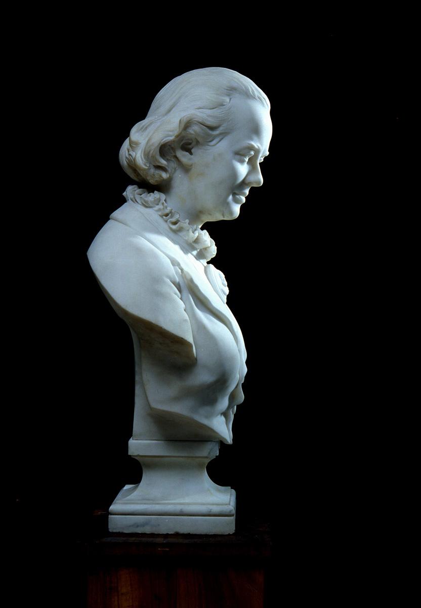 Le buste de Marie Moret est photographié de profil à gauche.