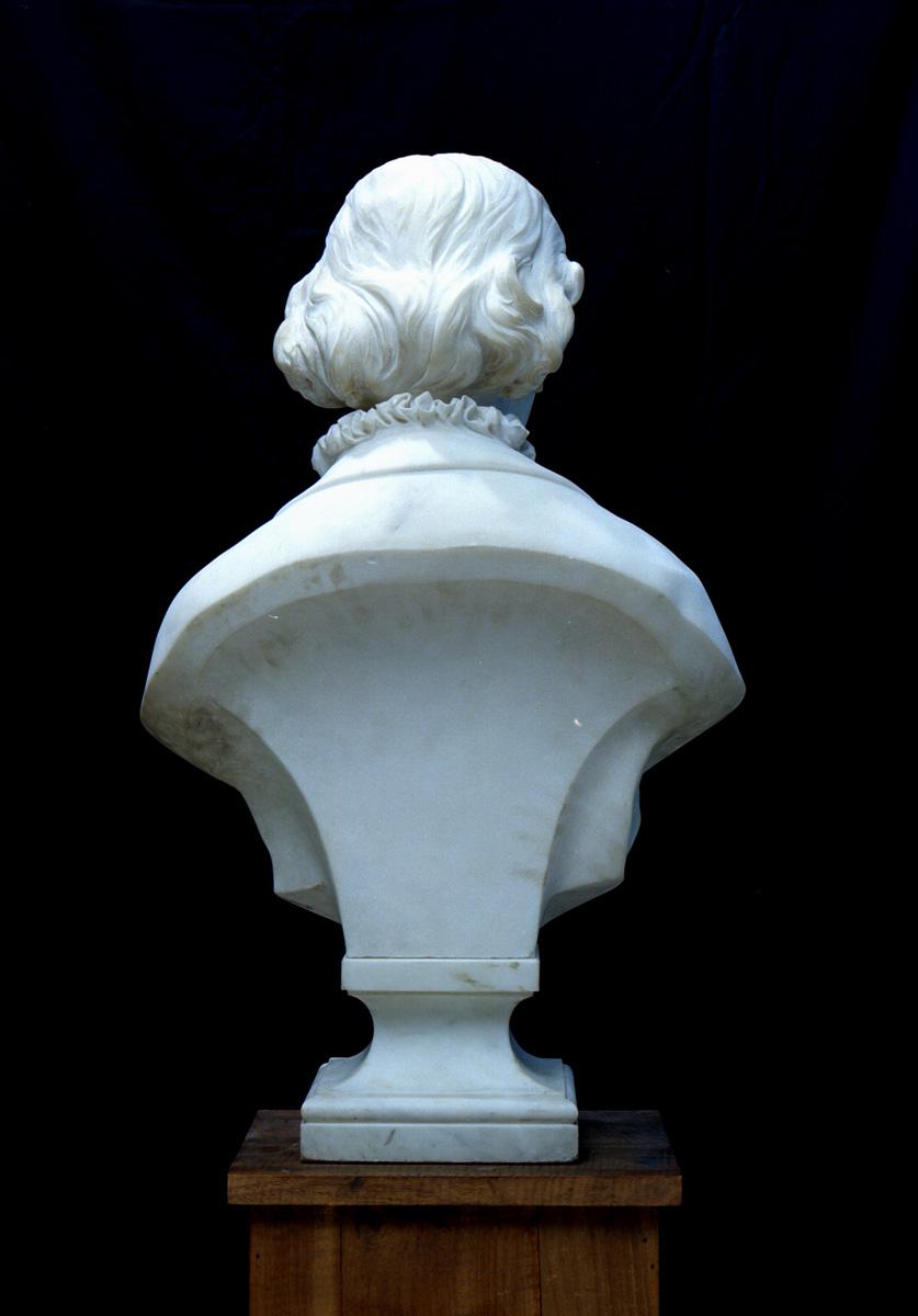 Le buste de Marie Moret est photographié de dos.