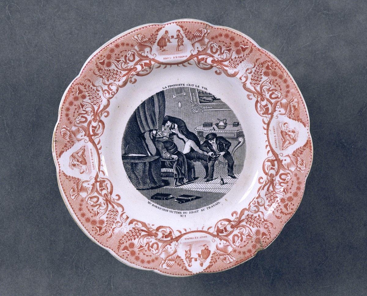 L'assiette est décorée d'une scène satirique relative à la théorie de la proprié
