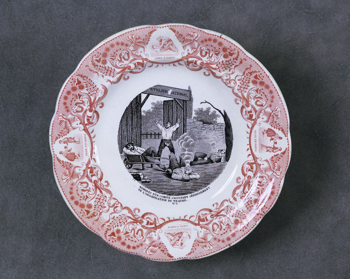 L'assiette est décorée par une satire des ateliers nationaux créés après la révo