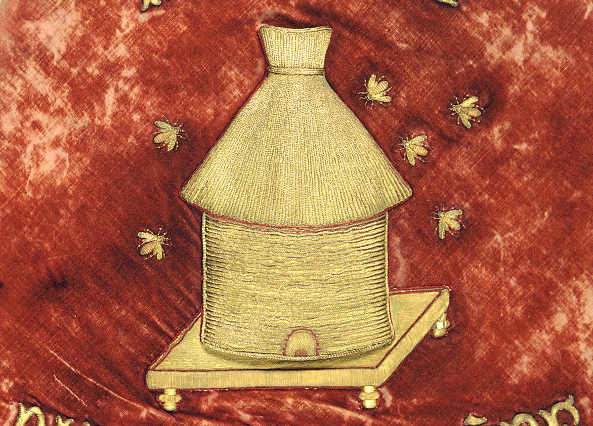 La bannière de l'harmonie du Familistère est ornée d'une ruche brodée.