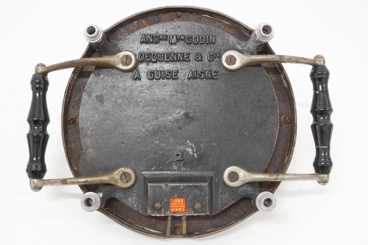 La photographie montre le dessous du chauffe-plat n°2.