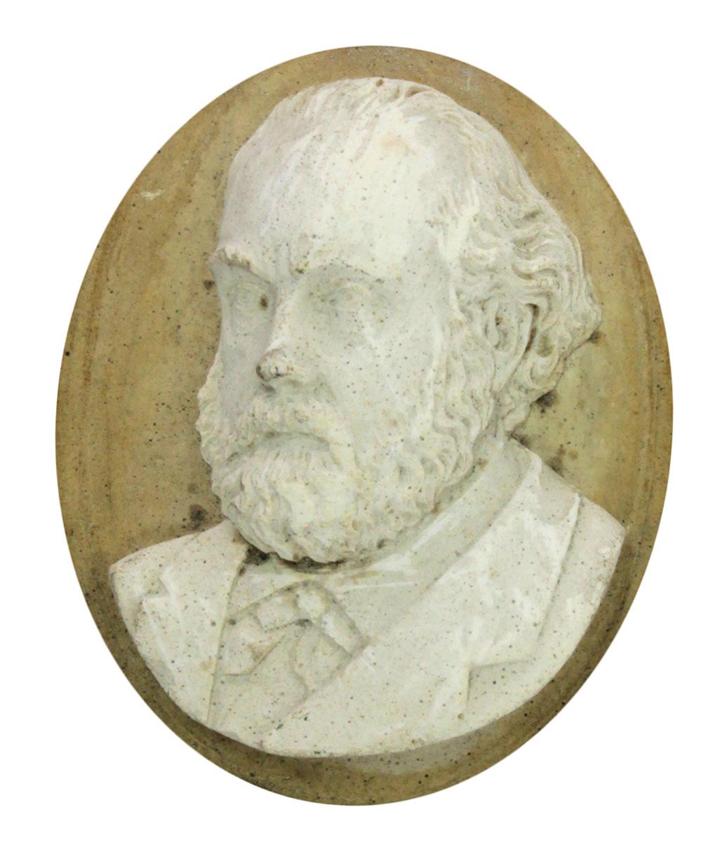 Le portrait présente Godin en buste de trois-quarts.