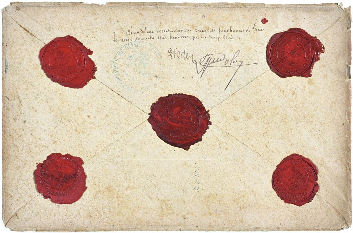 Le dos de l'enveloppe est cachetée par cinq cachets de cire.