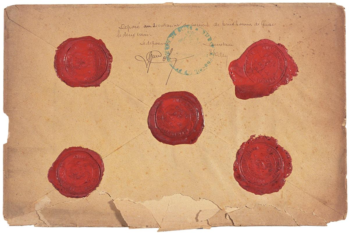 L'enveloppe, cachetée, porte les signatures du déposant et du secrétaire du cons