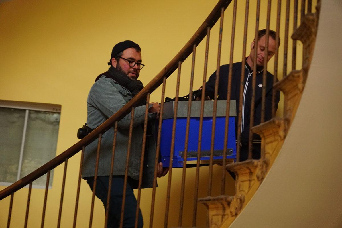 Une ruche du Familistère est transportée dans un escalier du Palais social.