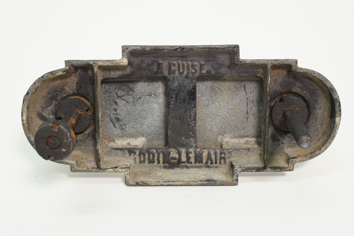 La photographie montre l'arrière de la poignée de porte.