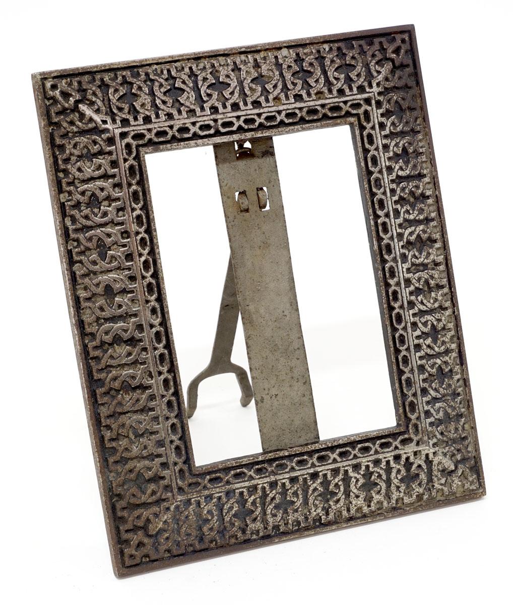 La cadre est photographié de trois-quarts face.