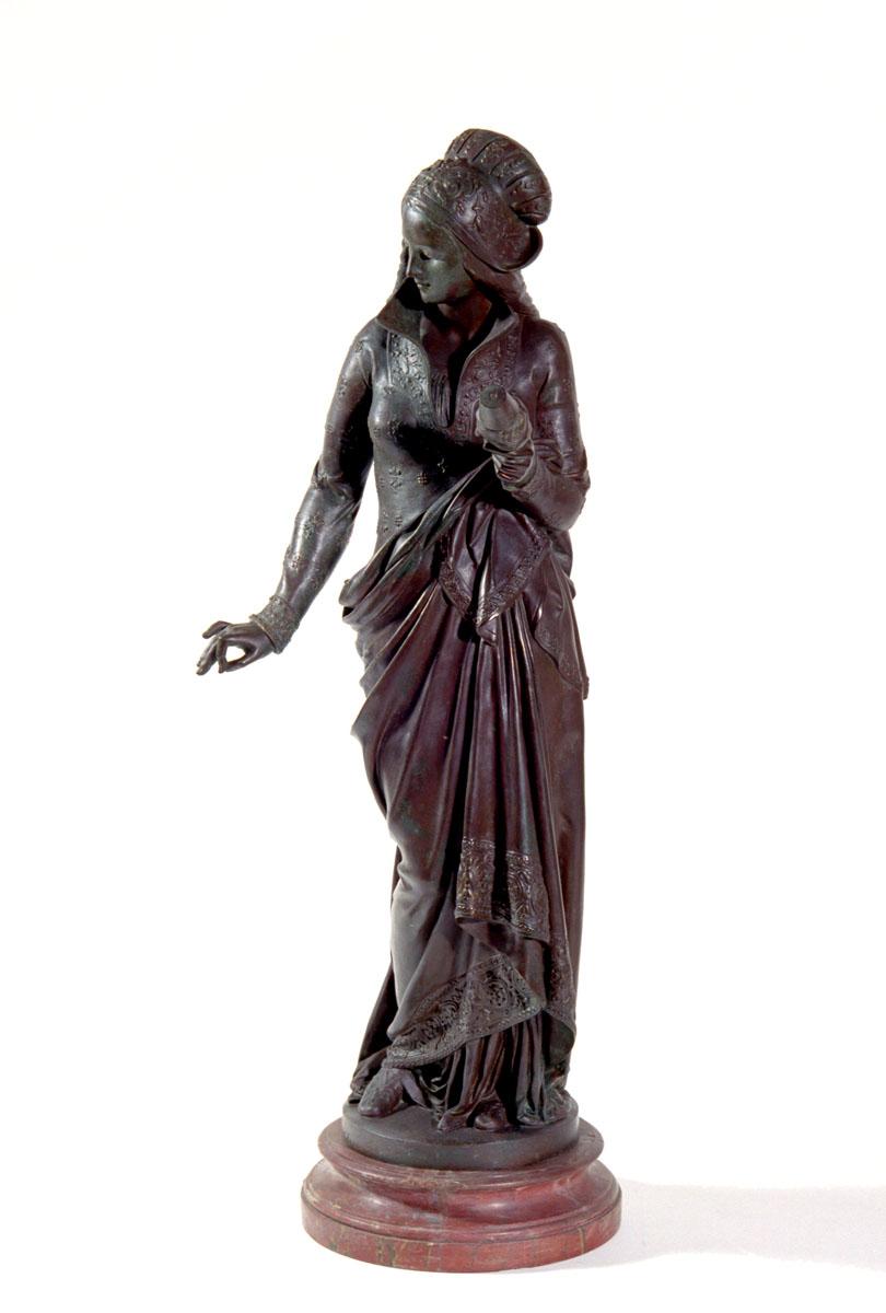 Vue de face de la statuette représentant une fileuse.