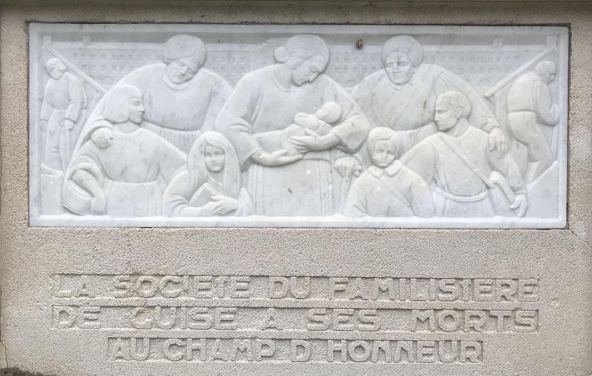 La photographie montre le bas-relief représentant la Famille sur le monuments au