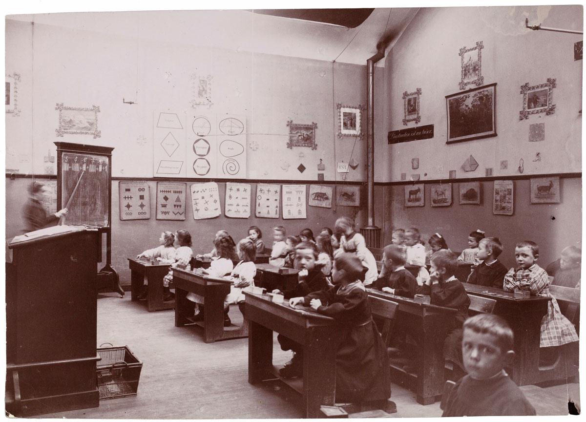 La photographie montre l'ensemble d'une classe des écoles du Familistère.