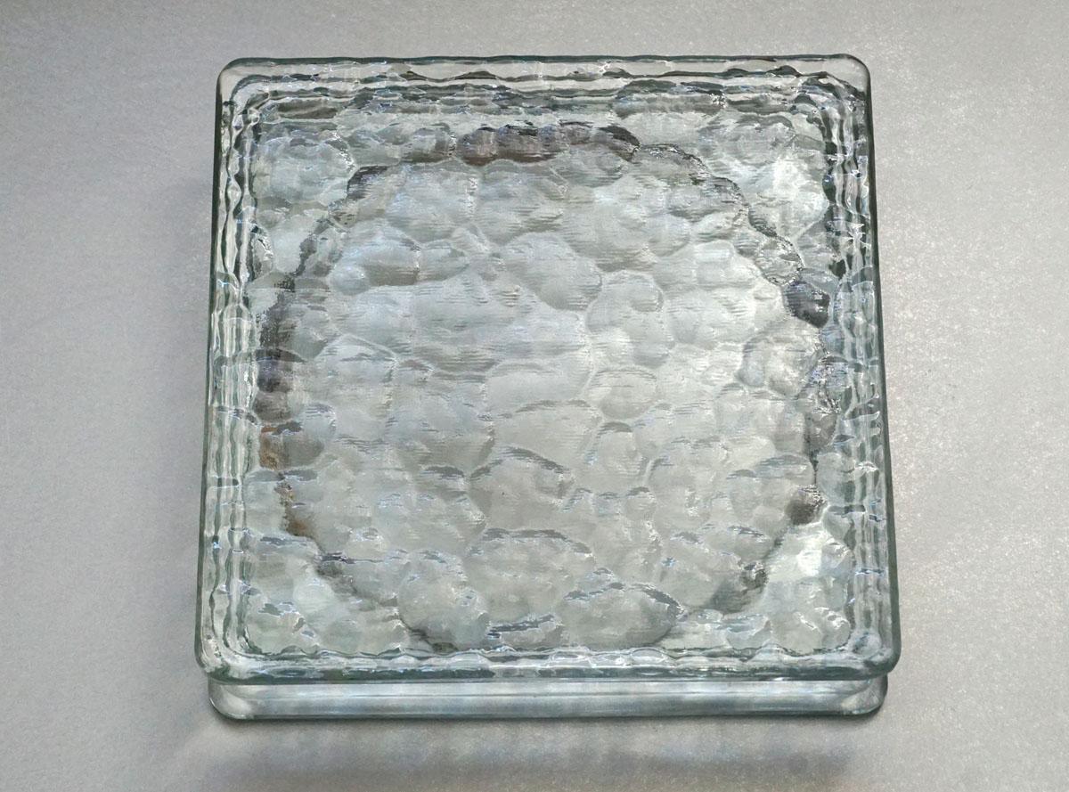 """La photographie représente le pavé de verre nommé """"Le Corbusier 1933""""."""