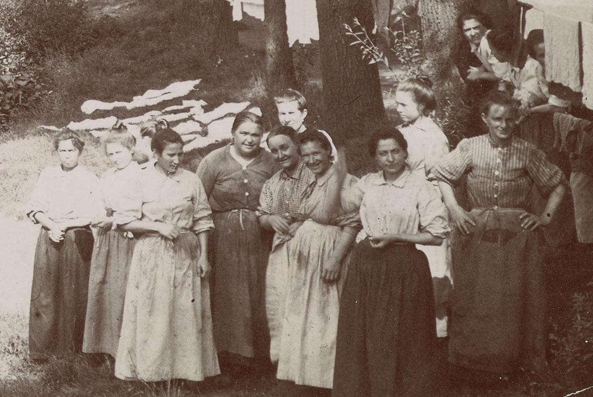 Le détail montre les femmes sur la rive droite de l'Oise.