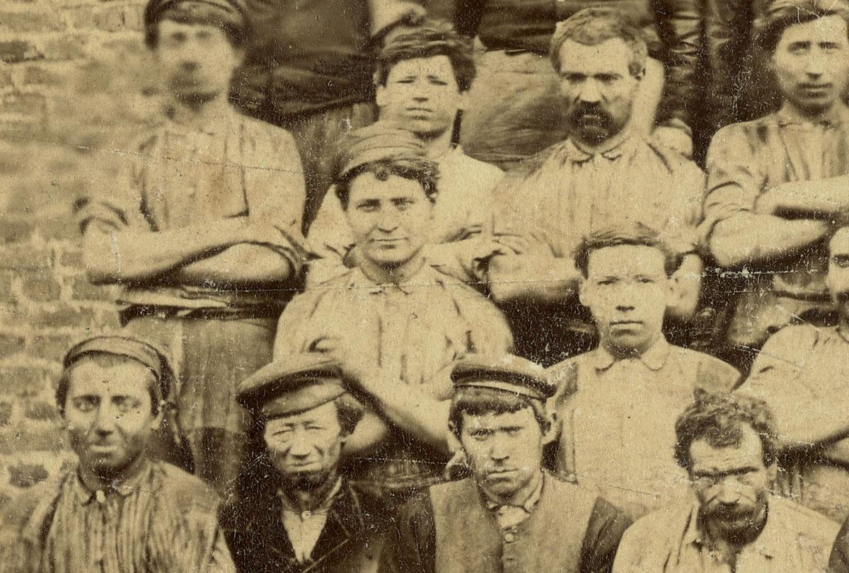 Détail du portrait collectif des ouvriers de la fonderie.
