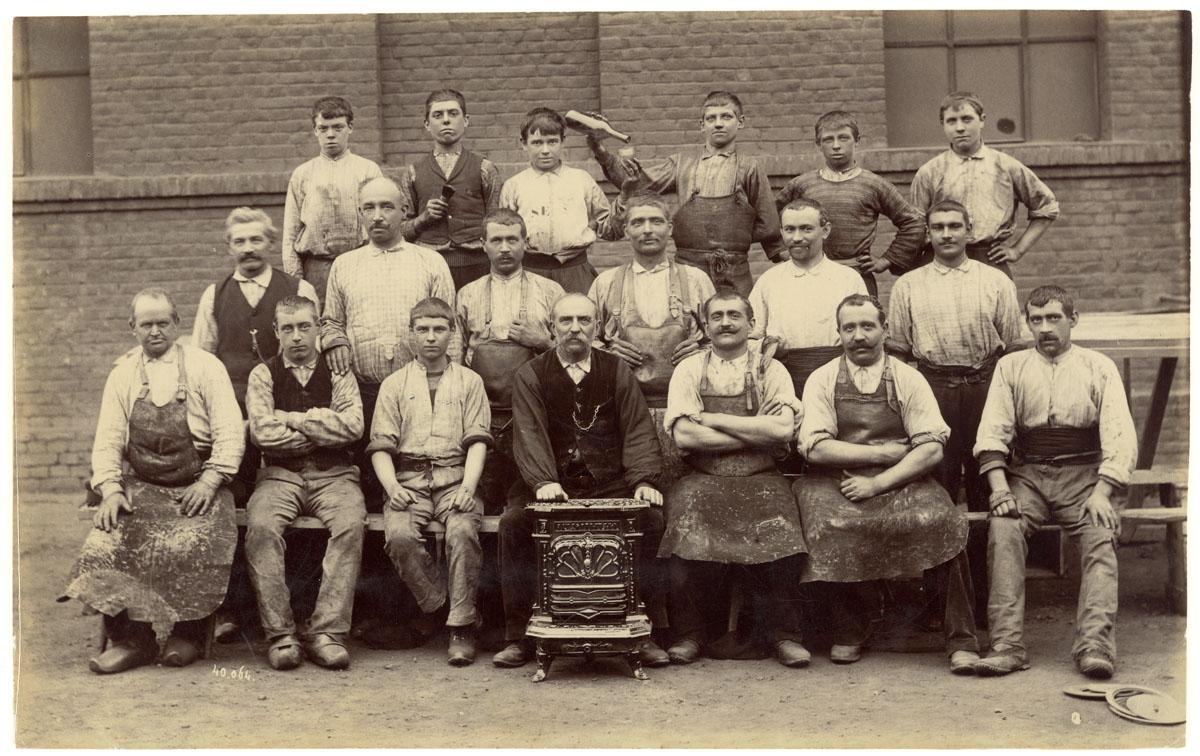 La photographie est un portrait collectif d'ouvriers ajusteurs de l'usine du Fam