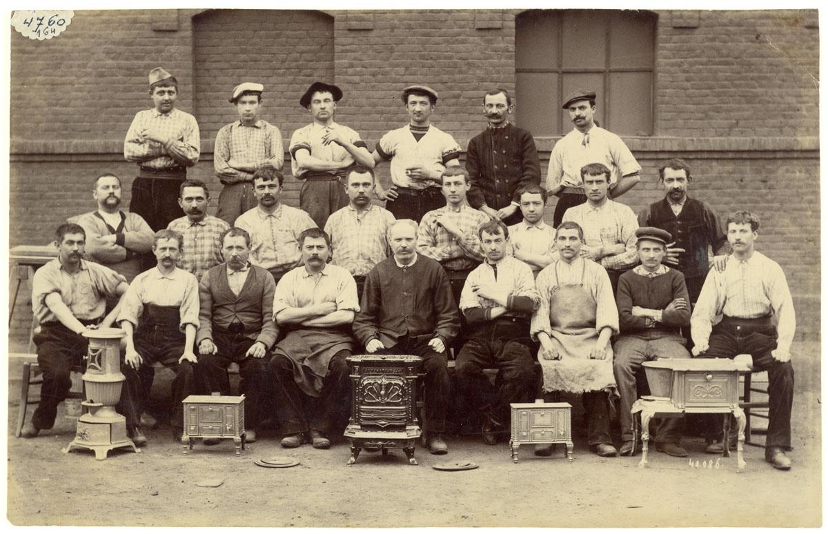 La photographie représente un groupe d'ajusteurs de l'usine du Familistère.