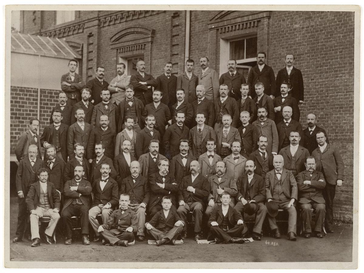 La photographie représente les employés des bureaux de l'usine du Familistère.