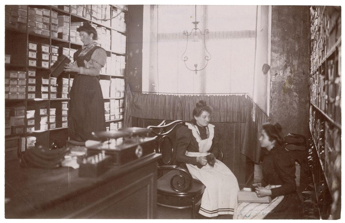 La photographie montre le rayon des chaussures dans la mercerie du Familistère.