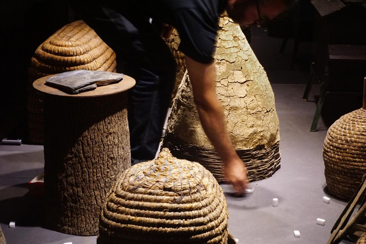 """La photographie montre Olivier Darné plaçant des morceaux de sucre dans """"la vill"""