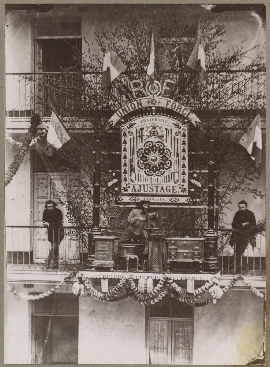 La photographie montre le trophée de l'atelier d'ajustage dans la cour du pavill
