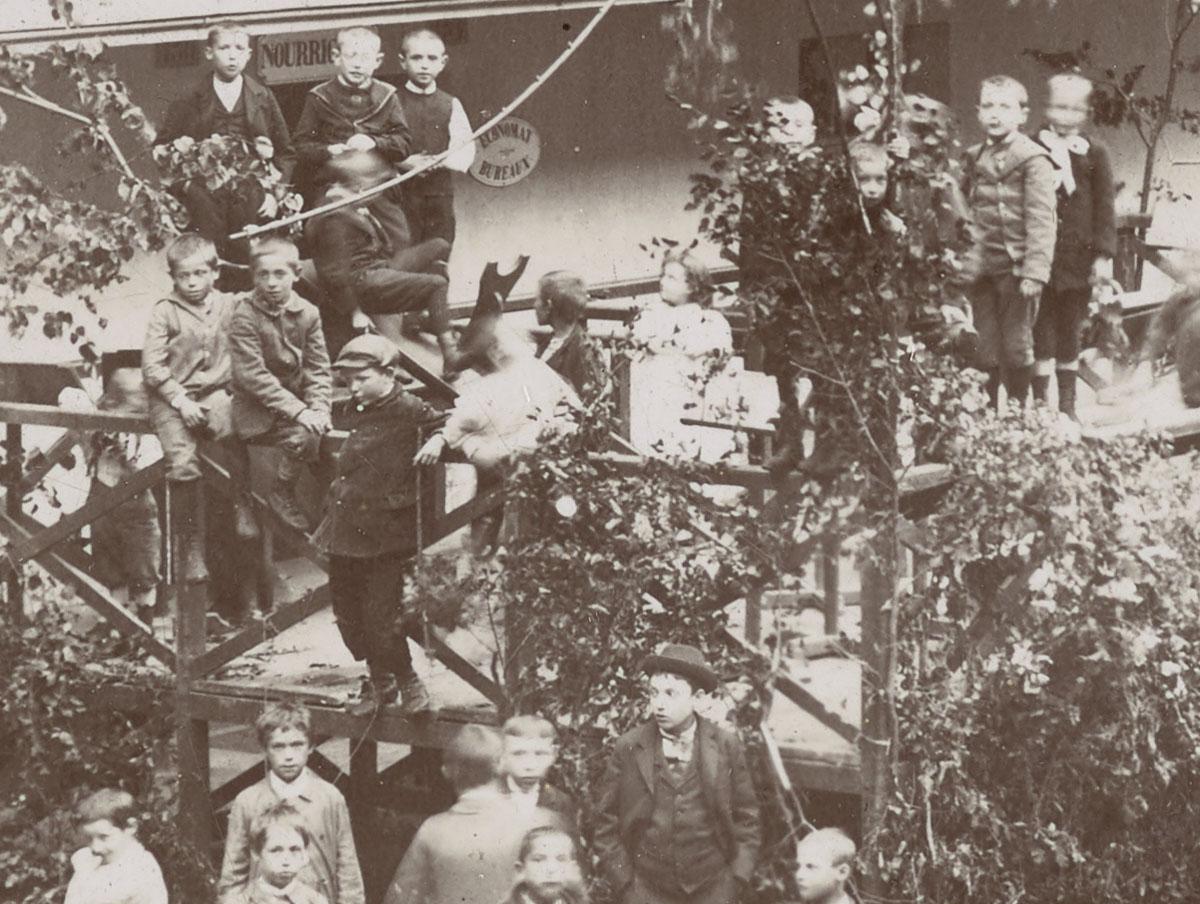Détail de la photographie montrant les préparatifs de la fête de l'Enfance.