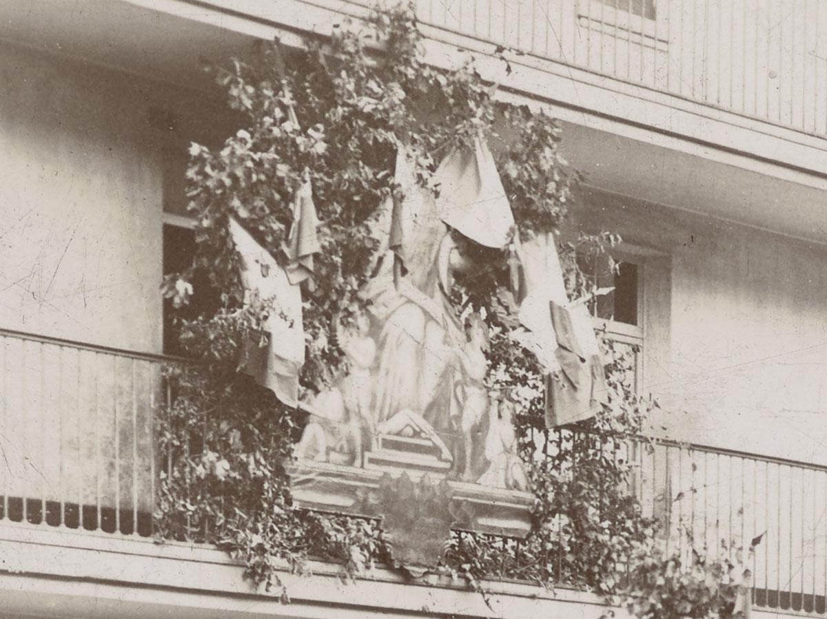 Détail de la photographie des préparatifs de la fête de l'Enfance.
