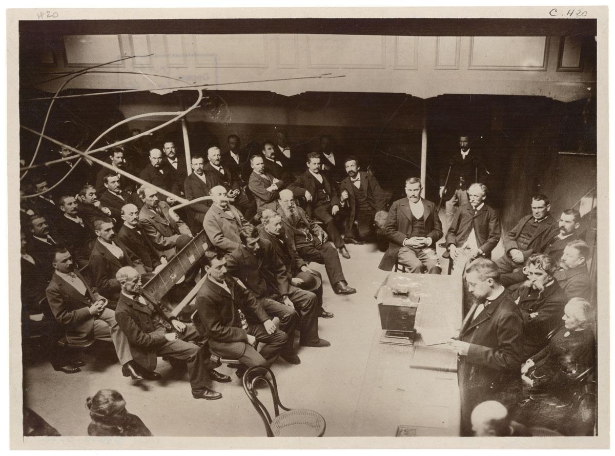 La photographie montrer une réunion dans le théâtre du Familistère.