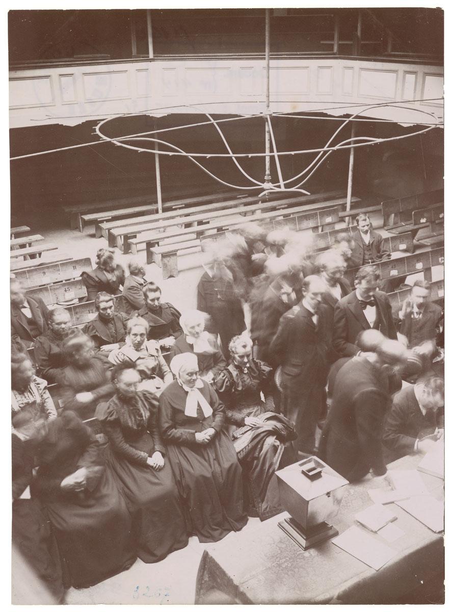 La photographie montre une réunion dans le théâtre du Familistère.