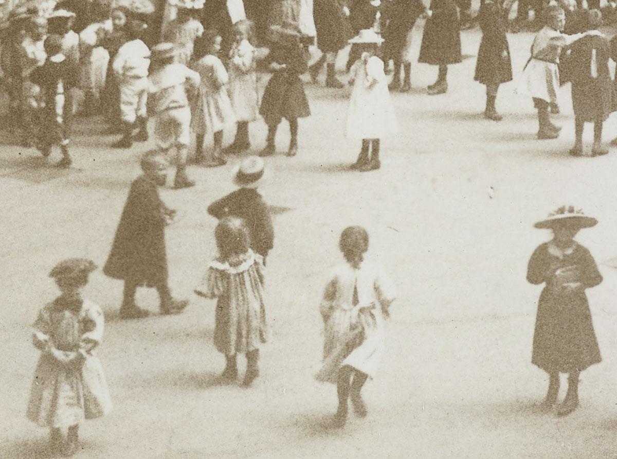 Sur ce détail, on voit des enfants très joliment habillés.
