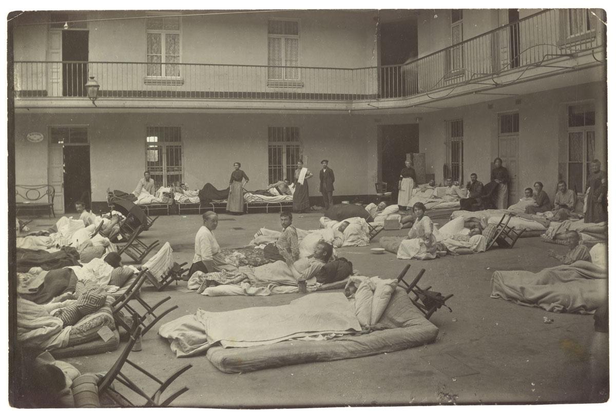 La photographie montre des soldats blessés dans la cour du pavillon central.