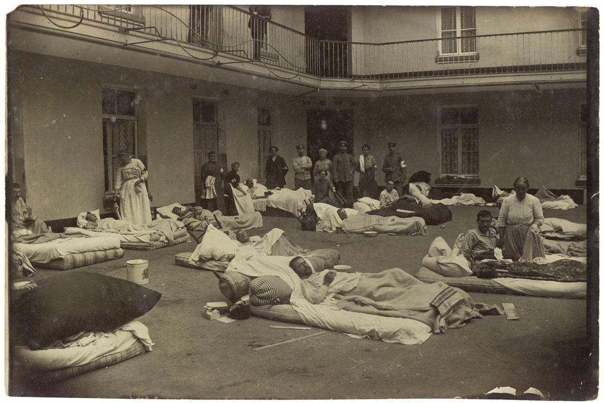 La photographie montre des soldats blessés dans la cour du pavillon central