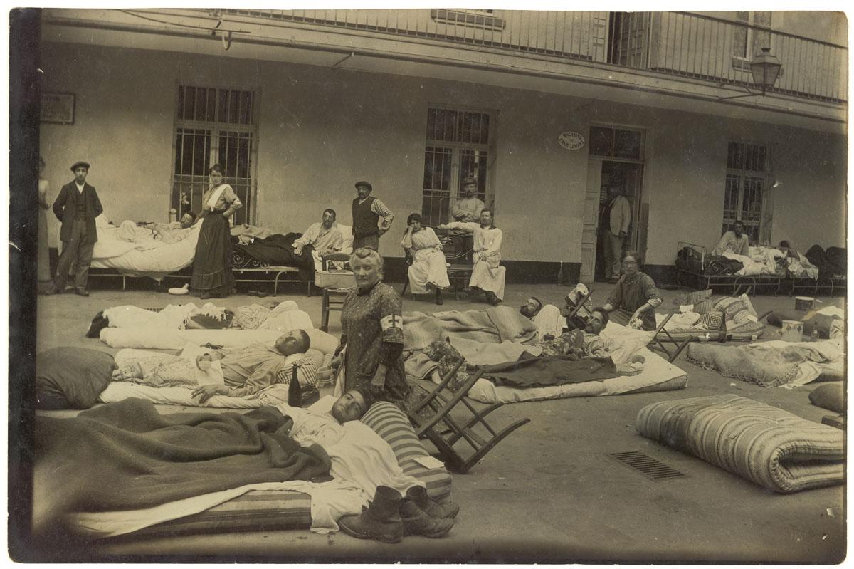 La photographie montre des soldats blessés couchés dans la cour du pavillon cent