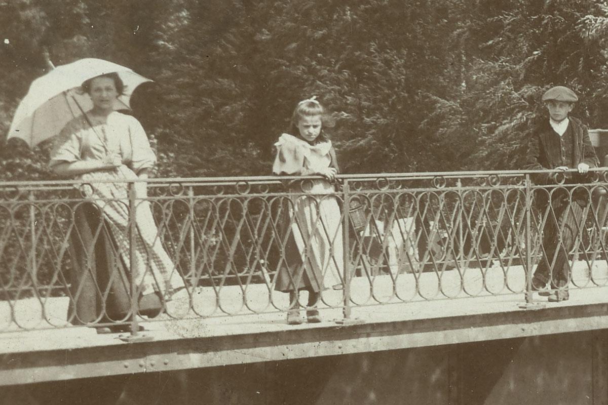 Le détail montre les personnes posant sur le pont.