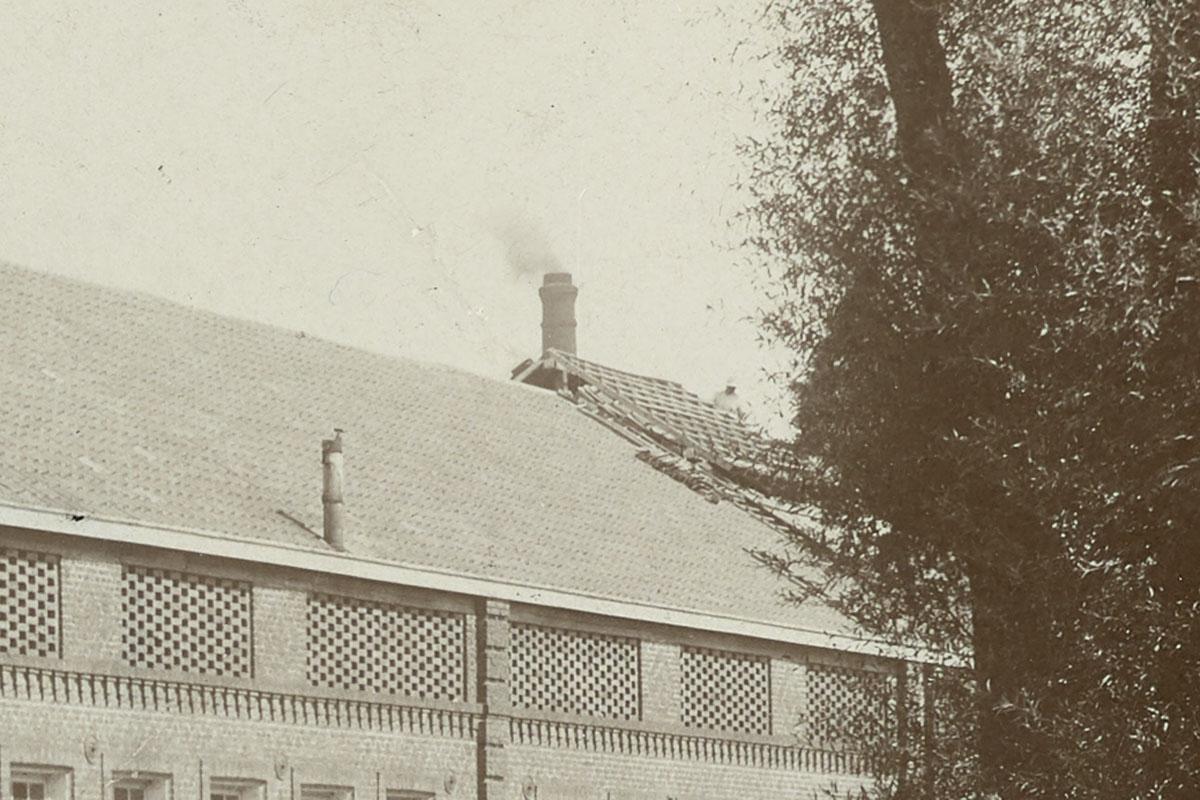 Le détail montre la toiture en travaux de la piscine.