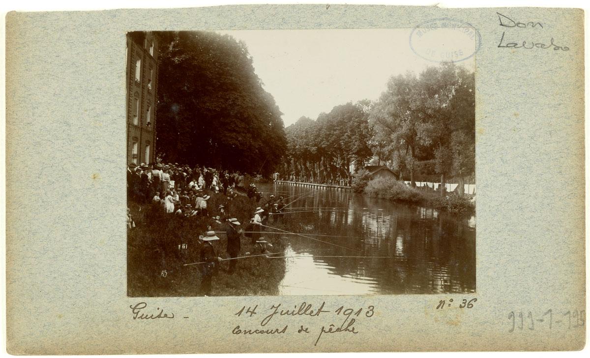 La photographie montre un concours de pêche au Familistère.