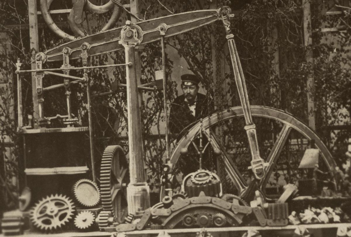 Détail de la photographie du trophée de l'atelier du matériel montrant la machin