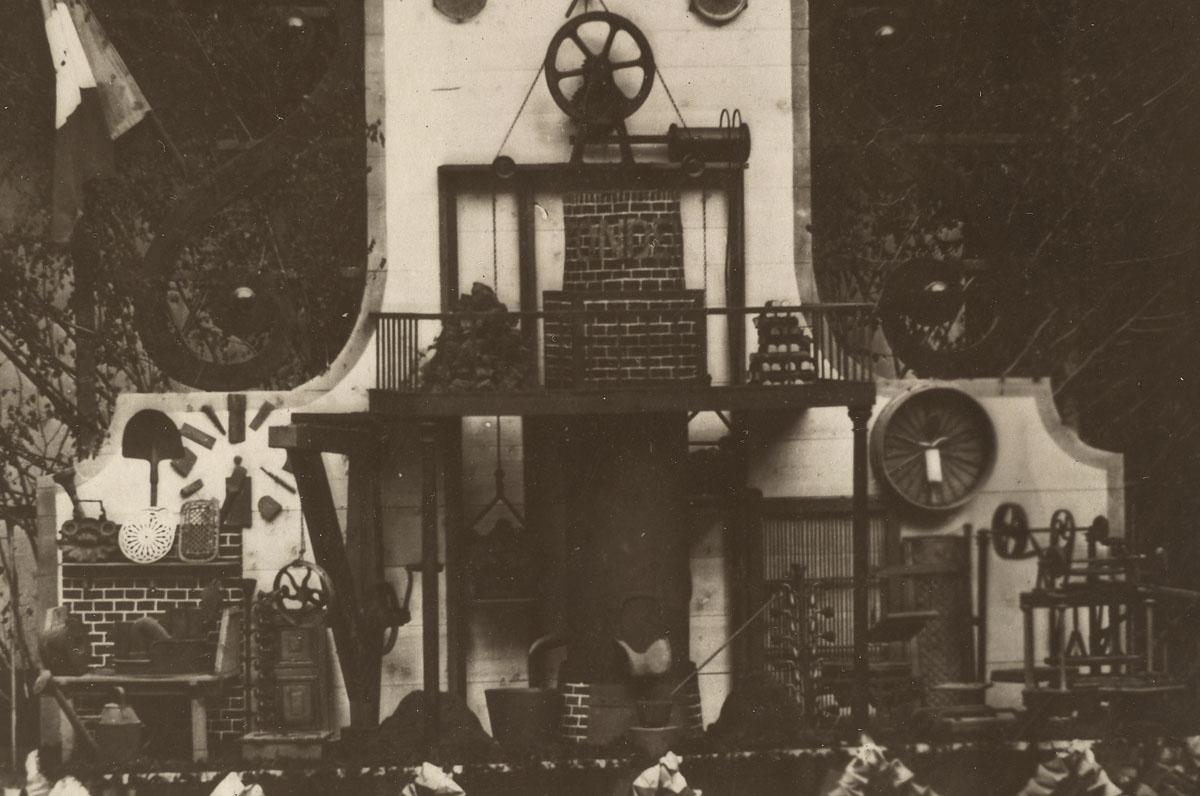 Détail de la photographie du trophée de fonderie montrant le cubilot.