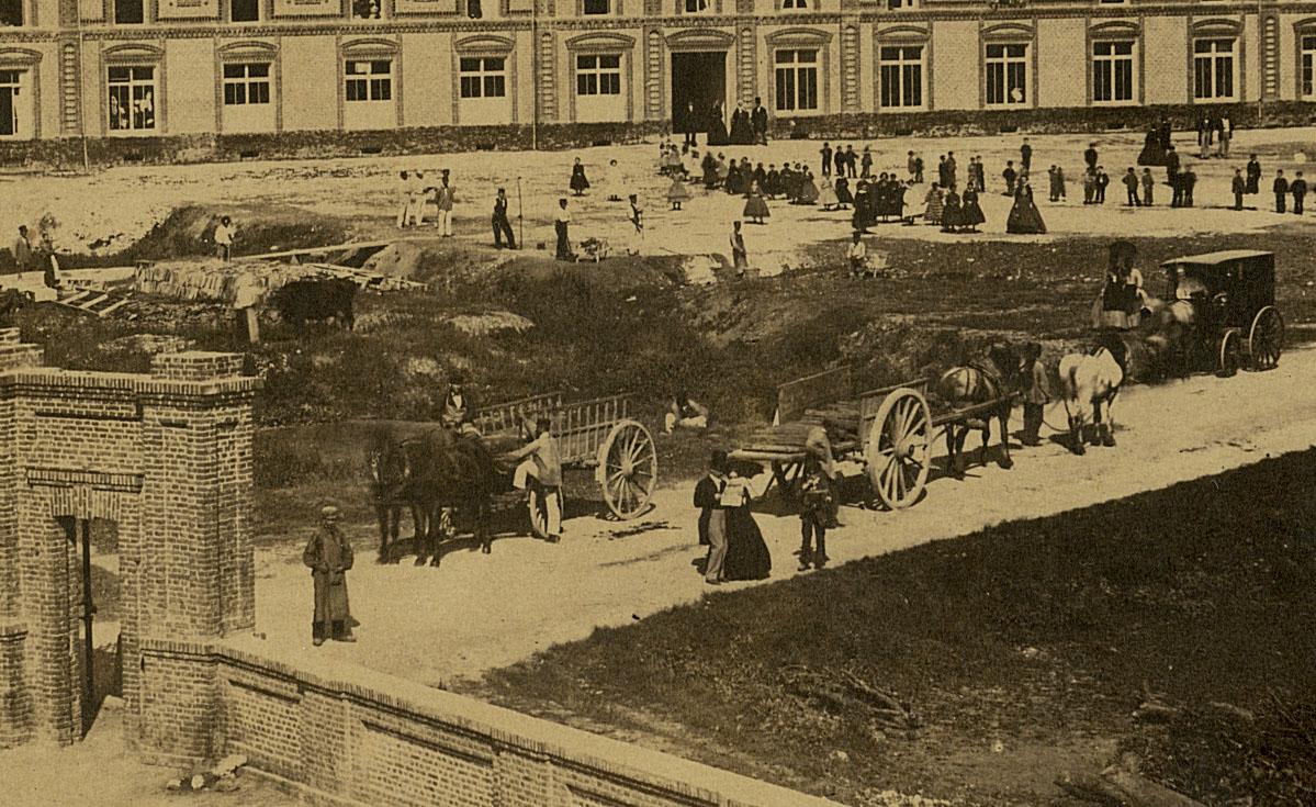 Détail de la photographie du Familistère montrant le portail d'entrée.
