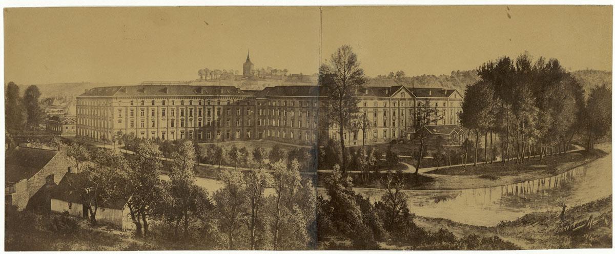 L'image représente le Palais social vu du nord.