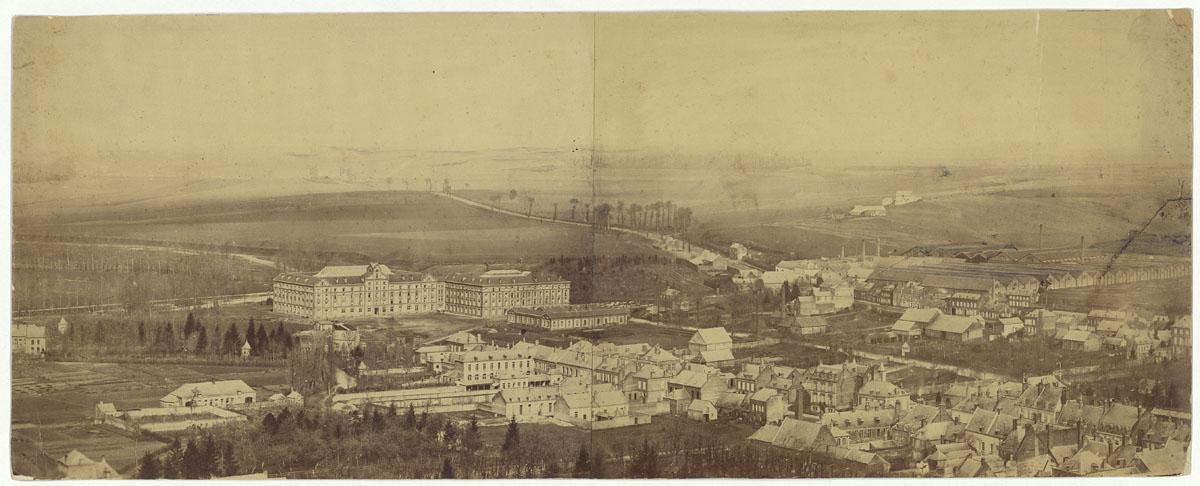 L'image constitue un panorama du Familistère.