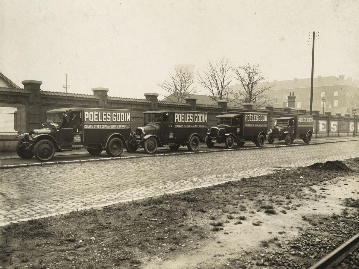 """La photographie montre des camions """"Godin"""" à Bruxelles."""