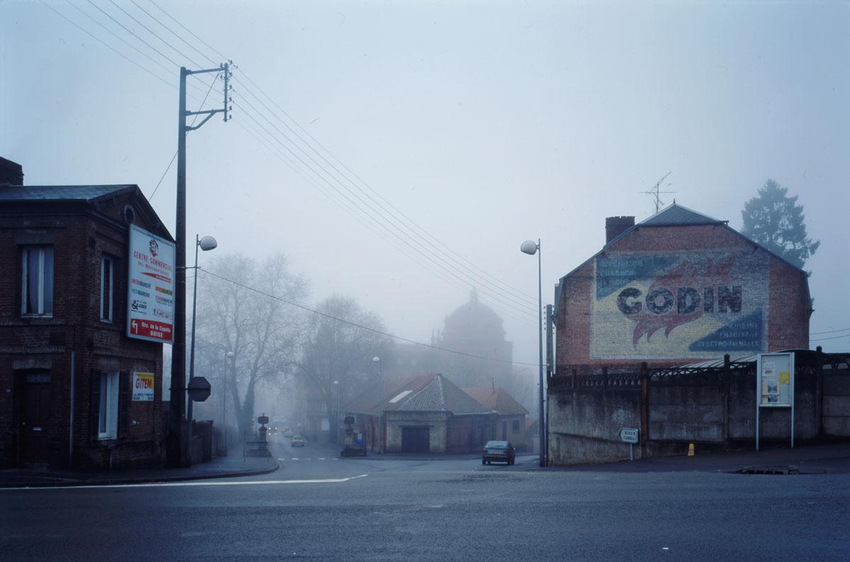 La photographie montre l'entrée du Familistère côté usine.
